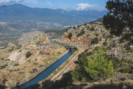 griechenland delphi blick auf bewaesserungskanal fuer