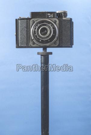 vintage fotokamera auf blauem hintergrund