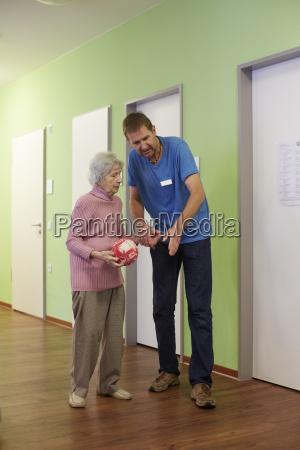 geriatrische krankenschwester die mit alter verblueffte