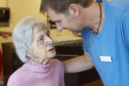 geriatrische krankenschwester die mit alter verbloedete