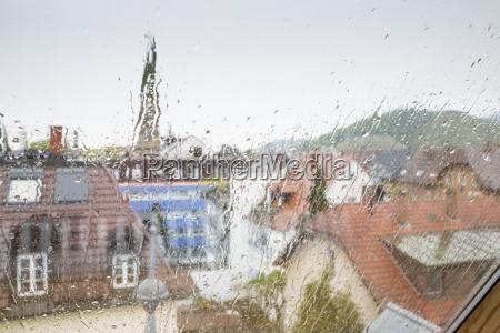 stadt fenster luke glasfenster fensterscheibe regentropfen