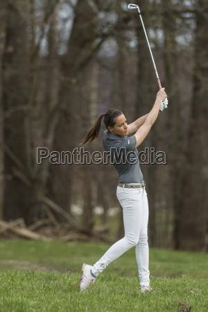deutschland bayern mittelerwachsene frau beim golfspielen