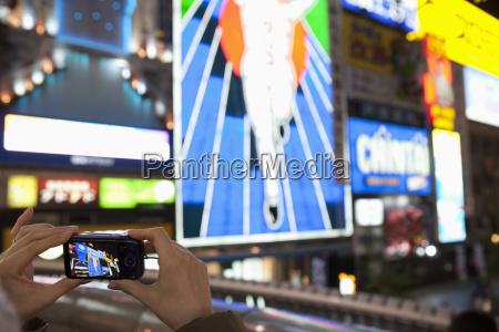 japan osaka wobei beruehmte plakatwand fotografiert