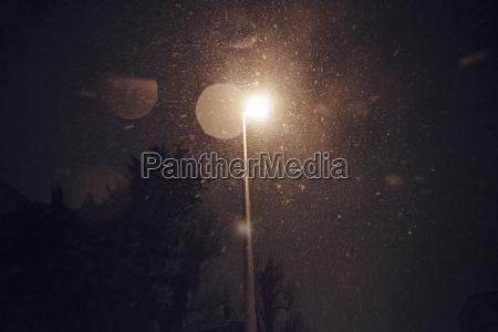 snowfalll in der nacht unter laterne