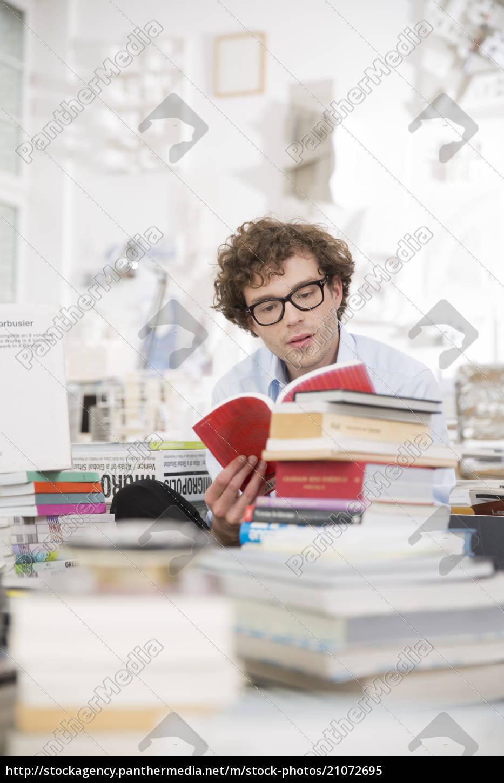 junger, mann, ein, buch, zu, lesen - 21072695