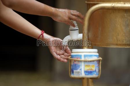 kambodscha provinz takeo junge waschen haende