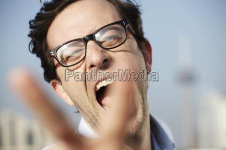 portraet von schreienden mann zeigt sieg