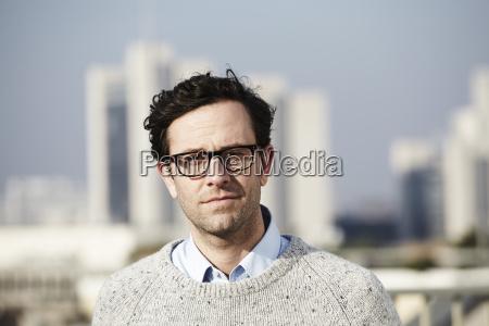 ritratto di uomo con gli occhiali