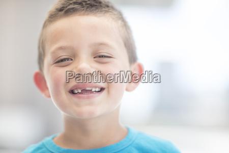 portrait eines lachenden jungen mit zahnluecke