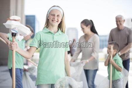 gruppe freiwillige kinder die abfall mit