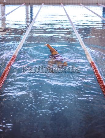 nuotatore femminile in piscina coperta