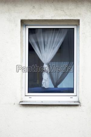 haus gebaeude fenster luke glasfenster fensterscheibe