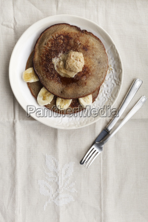 platte des buchweizenpfannkuchens mit bananenscheiben und