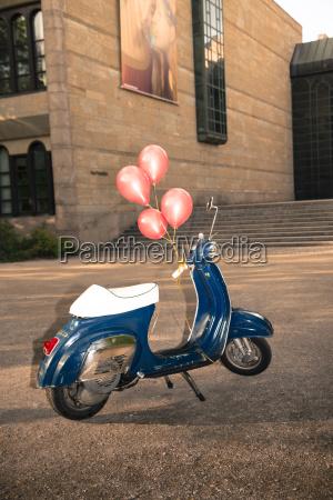 vespa mit ballons als geburtstagsgeschenk