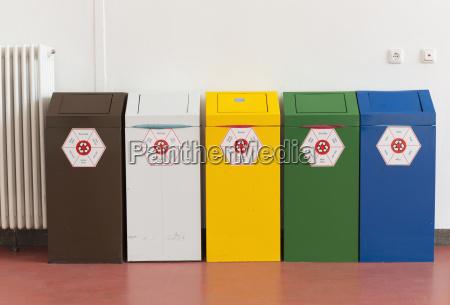 fuenf recycling behaelter an der technischen