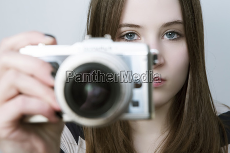 portraet von teenager maedchen mit digitalkamera