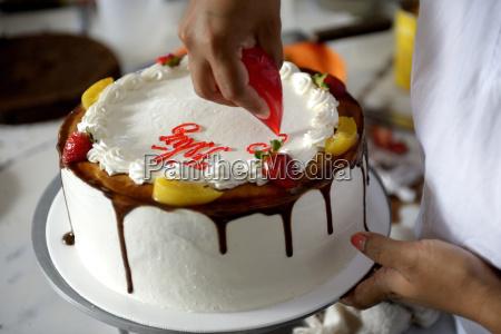 konditor dekoration sahne torte nahaufnahme