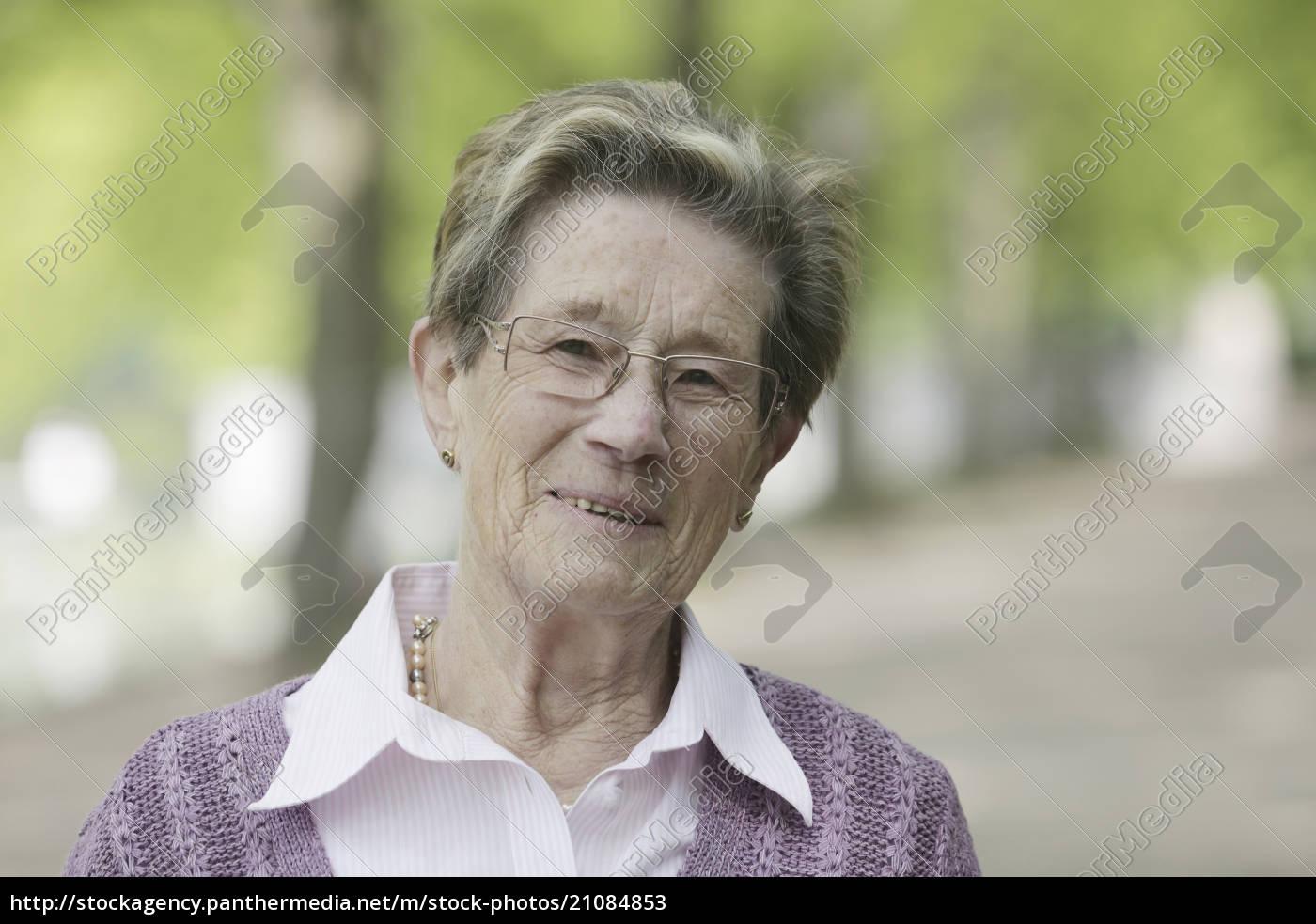 deutschland, köln, porträt, der, älteren, frau, im, park, lächelnd - 21084853