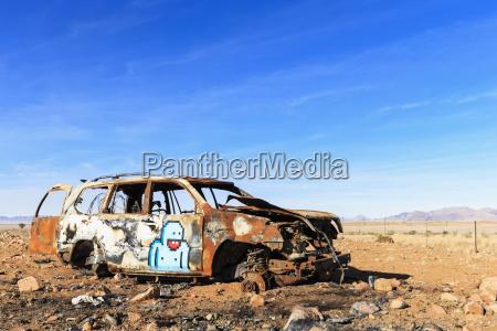 namibia autowrack auf schotterstrasse 707