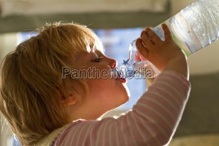trinkwasser des maedchens von der flasche