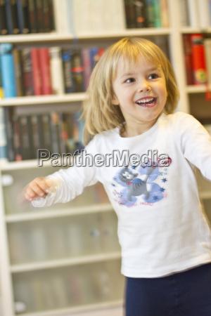 portraet des gluecklichen kleinen maedchens