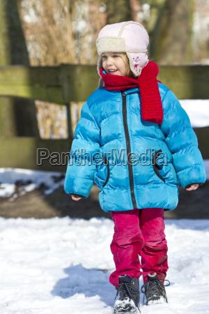 kleines maedchen das winterkleidung traegt die