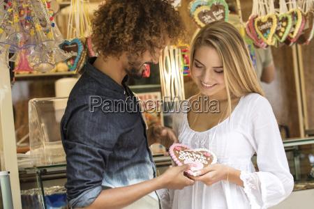 junger mann gifting sein maedchen friens