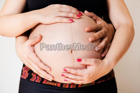 haende von paaren beruehren schwangeren bauch