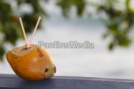 kokosnussgetraenk am strand