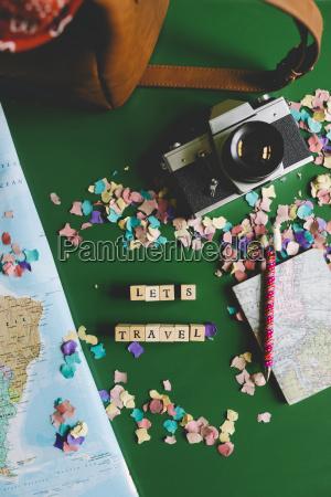 karte neben einer kamera eine reisetasche