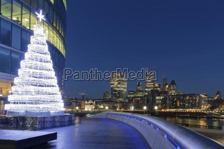uk london skyline mit buerotuermen und