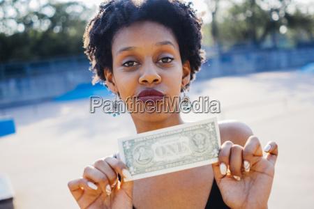 portraet der frau die eine dollar