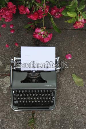 alte schreibmaschine mit blatt papier