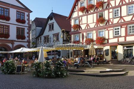 deutschland bayern niederfranken menschen im buergersteig