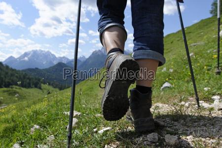 deutschland bayern wanderer auf ramsauer bergwanderweg
