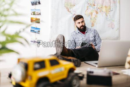 junger reisender plant seine naechste reise