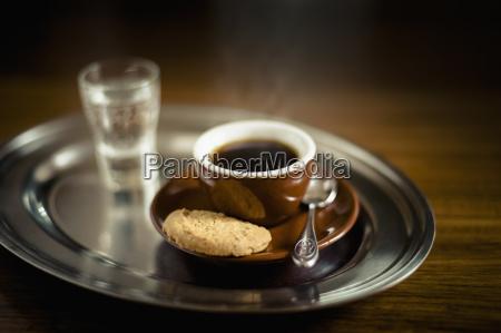 espresso schwarzer kaffee mit plaetzchen und