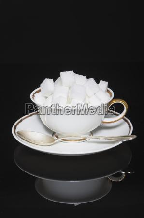 tasse zuckerwuerfel mit untertasse und loeffel