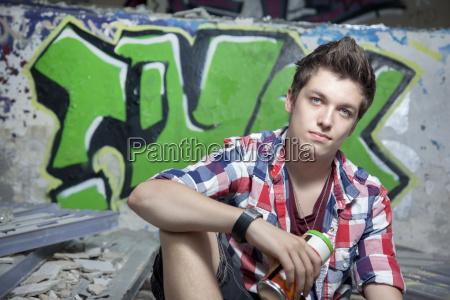 deutschland berlin teenager mit einer spraydose