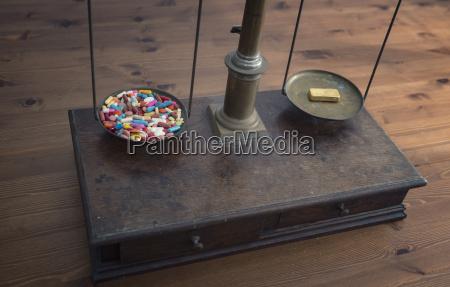 alte schuppen mit vielen tabletten auf