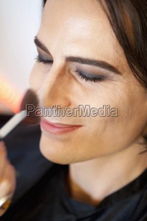 mann der make up anwendet aus