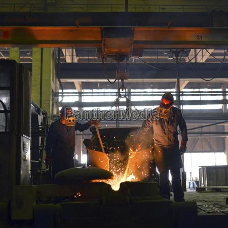 deutschland sachsen arbeiter die ein gussstueck