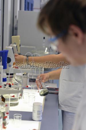 arbeitsstelle fluessig industrie wissenschaft arbeitsplatz werk