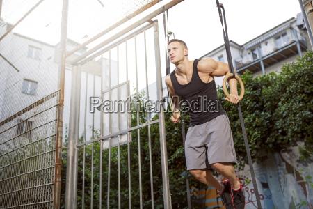 junger mann muscly der auf gymnastischen