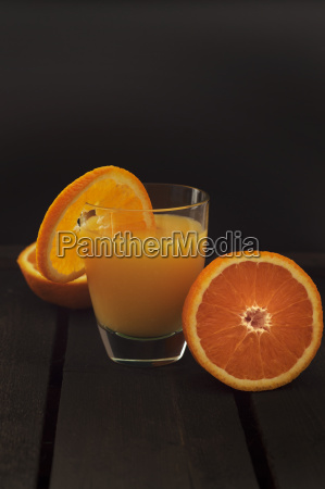 glas orangensaft auf holztisch abschluss oben