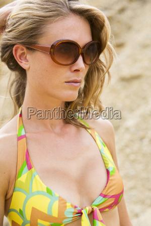 portrait einer tragenden sonnenbrille der blonden