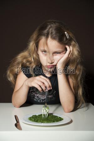 maedchen am spinat pfluecken