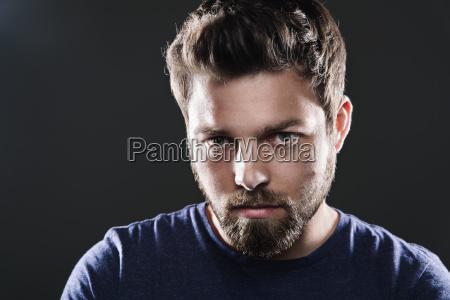 portraet eines traurigen mannes mit bart