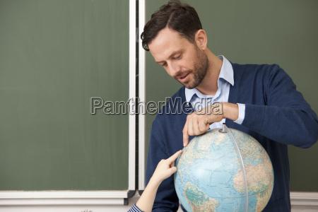 lehrer und schueler die auf globe