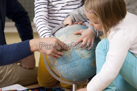 lehrer und schueler zeigen im unterricht